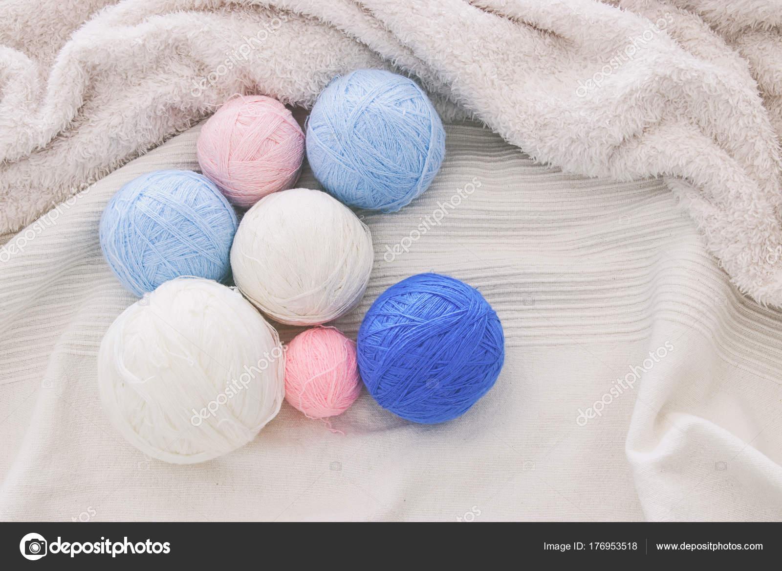 Rosa \' bolas de hilo azul y blanco cálido y acogedor de lana sobre ...