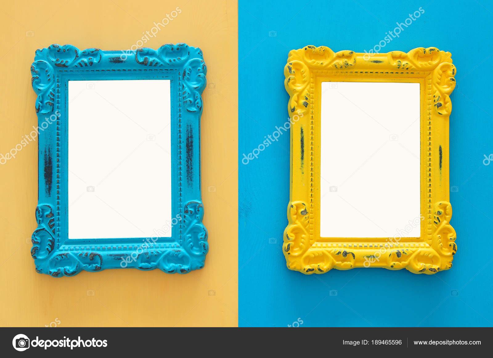 Vintage leere blaue und gelbe Bilderrahmen über doppelte farbigen ...