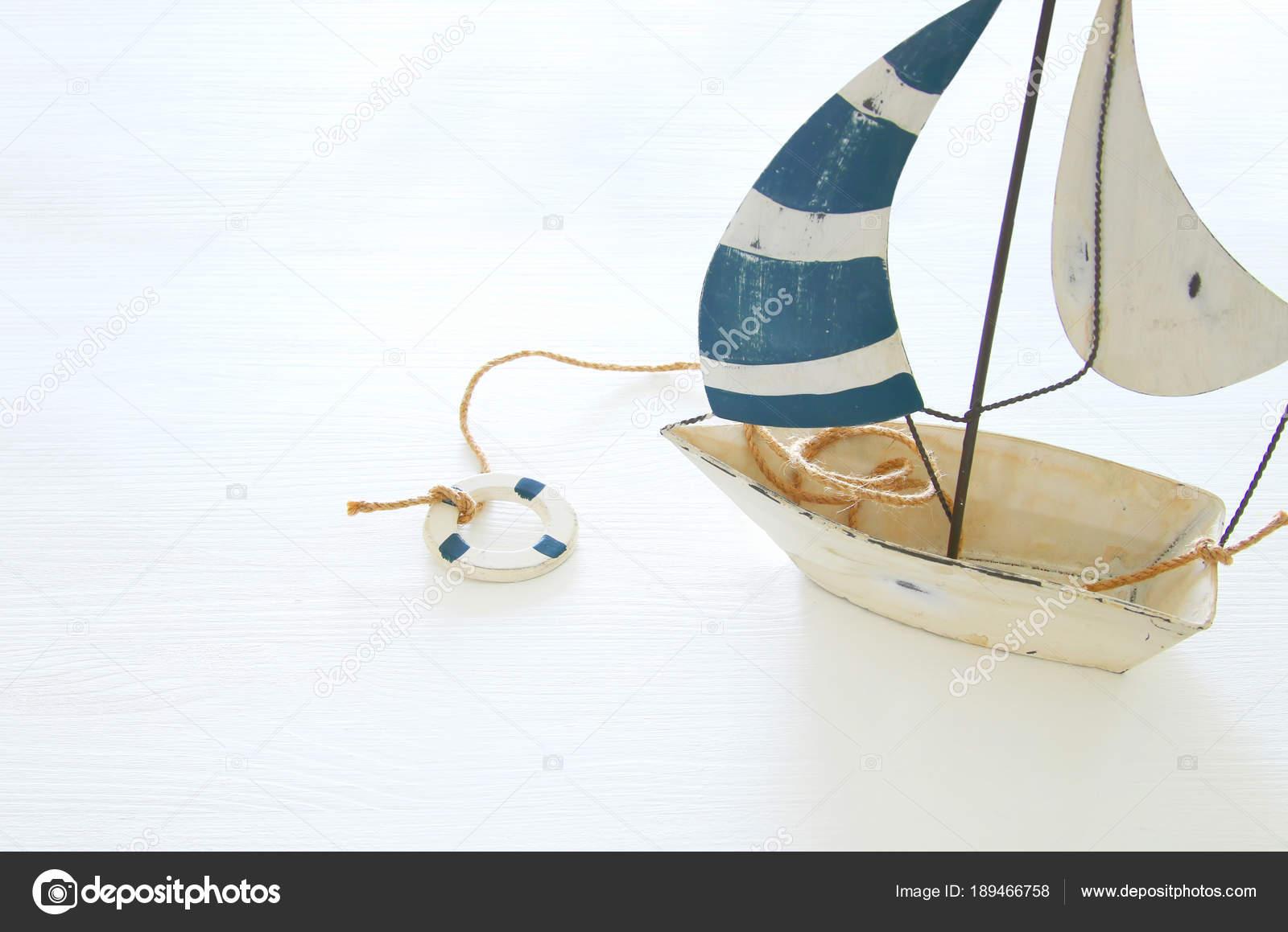 nautische Konzept mit weißen dekorativen Segelboot über weißen ...