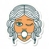Tätowiersticker im traditionellen Stil eines zwinkernden weiblichen Gesichts mit Ball-Gag