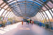 Futurisztikus Dakshineswar Rani Rashmoni Skywalk emelt út készült üveg acélból. Mozgólépcsőkből, felvonókból és lépcsőházakból áll, amelyeket a turisták és a történelmi Dakshineswar Kali templom, Kolkata India számára építettek 2020 márciusában.