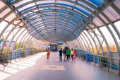 Futurisztikus Dakshineswar Rani Rashmoni Skywalk emelt út készült üveg mozgólépcsők, liftek és lépcsők, épített könnyű utazás a turisták és bhakták a történelmi Dakshineswar pályaudvar Kolkata India március 2020