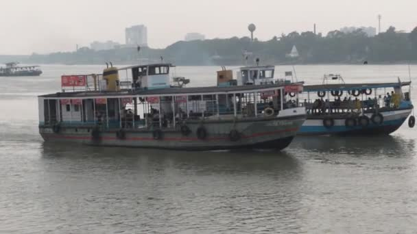 Loď přepravující osobní trajektovou čerpací stanici West Bengal Shipping Surface Transport Corporation (WBSTC) na řece Ganges spojující města Kolkata a Howrah. Indie Jižní Asie Tichomoří.