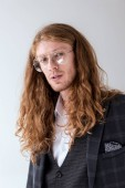Fotografie Porträt von stilvollen Geschäftsmann mit dem lockigen Haar, Blick in die Kamera