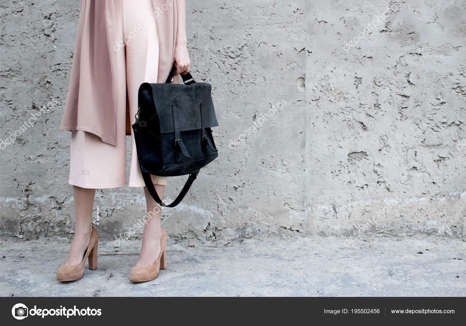 Sac Rose Sur Avec Noir Look Poser Cuir Fond Fille rdCeBxo