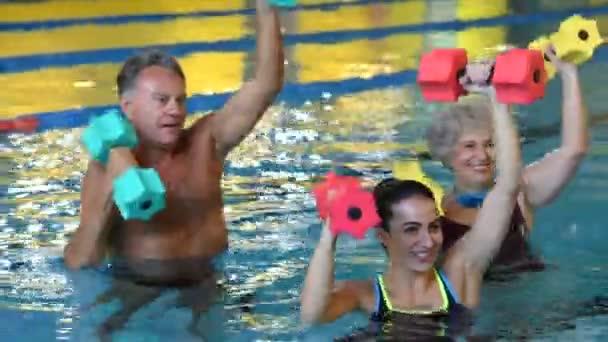 Idősek, vízi aerobic gyakorolja csinál