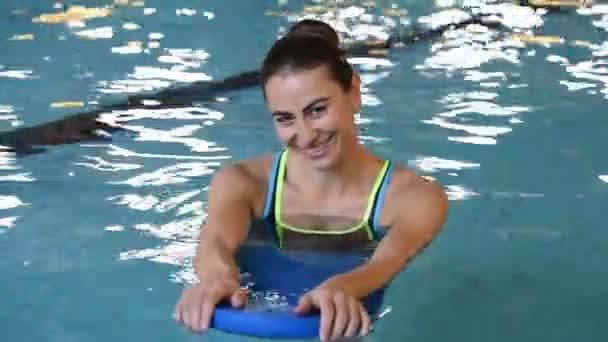 mladá žena, plavání
