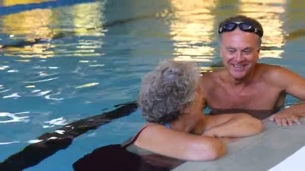 starší pár v bazénu