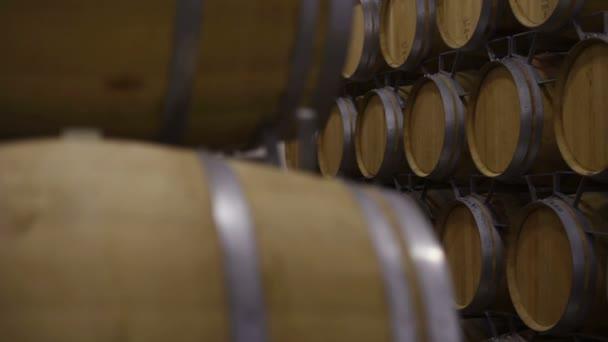 sudy na víno ve sklípku