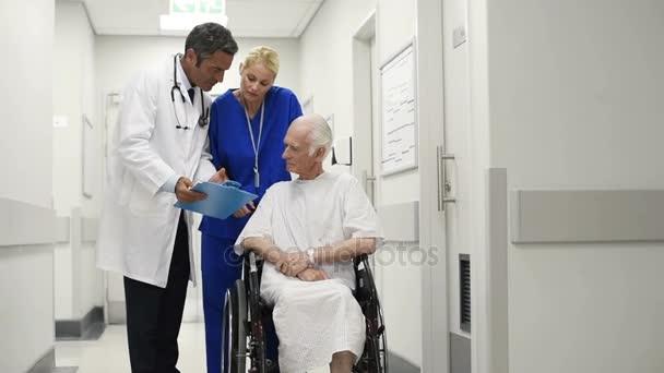 zdravotnický personál s pacientem