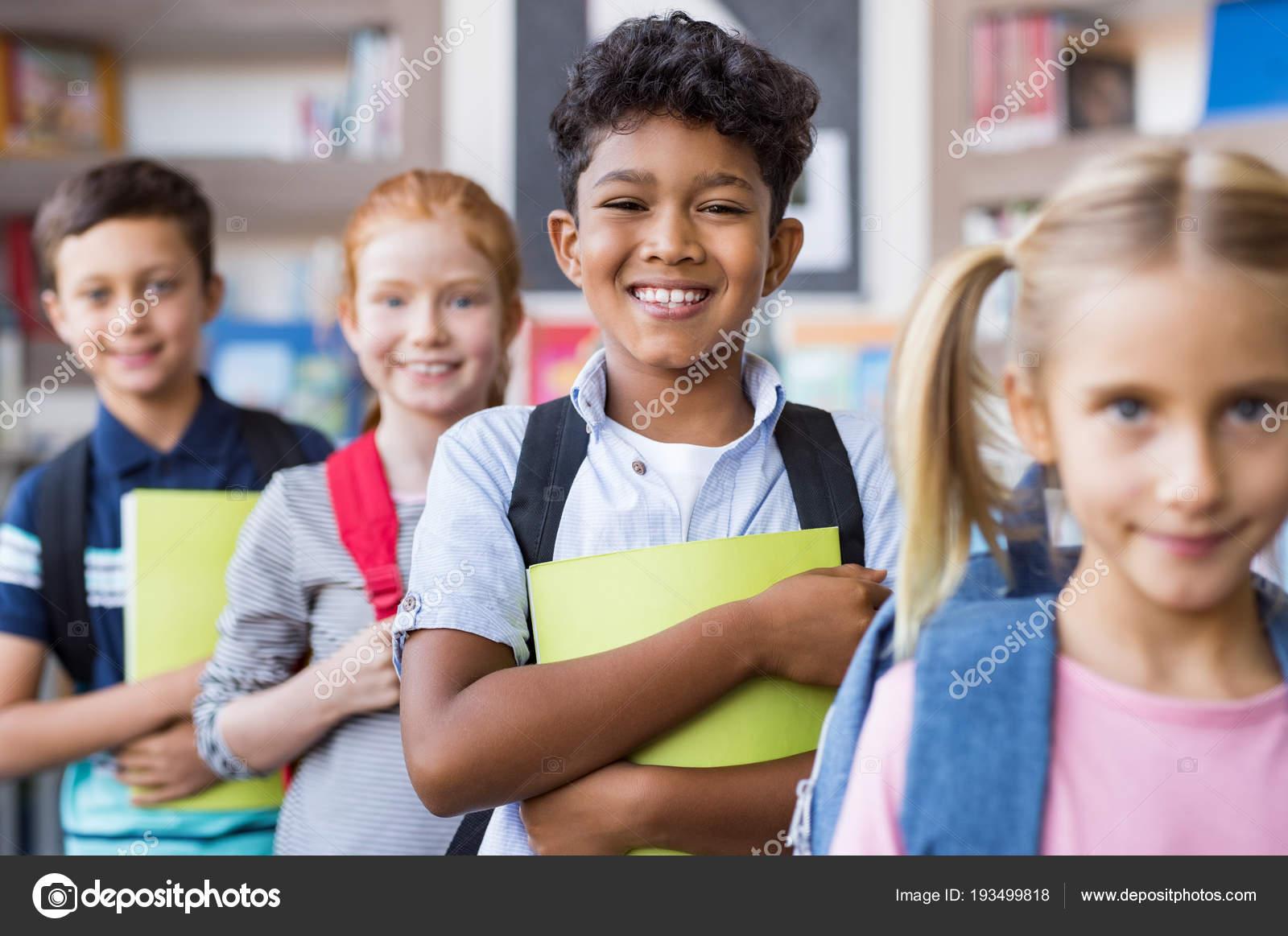 Bambini della scuola permanente di fila — Foto Stock ...