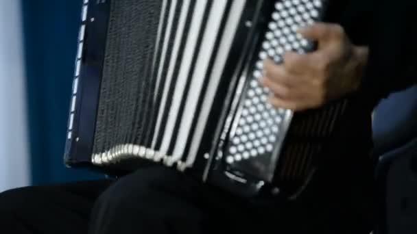 Játszott a harmonika (bayan). Klasszikus, színpad, tánccsoport, népviselet. Oroszország.