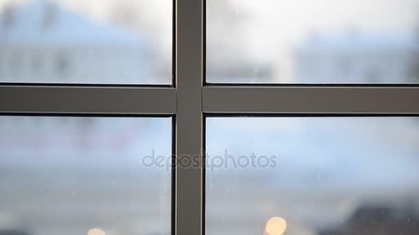 Pohled z okna na ulici. Detail rámu okna
