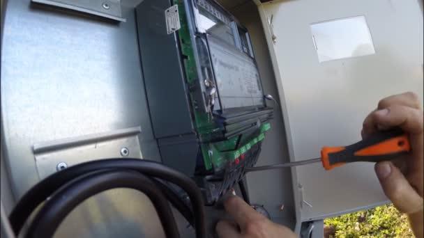 UFA, Rusko - 09 červenec 2016: Instalace dvou tarifní elektroměr 380 voltů v elektrické skříni
