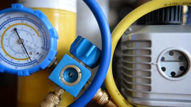 hvac Reparatur Nahaufnahme Vakuumpumpe, Manometer, Verteiler für die Reparatur und Installation von Kühlschränken, Klimaanlagen, Lüftung, Heizung