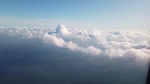 Letecký pohled z okna létajícího letadla.