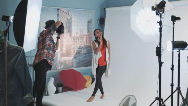 Hinter den Kulissen beim Fotoshooting: Fotograf fotografiert schönes schwarzes Model