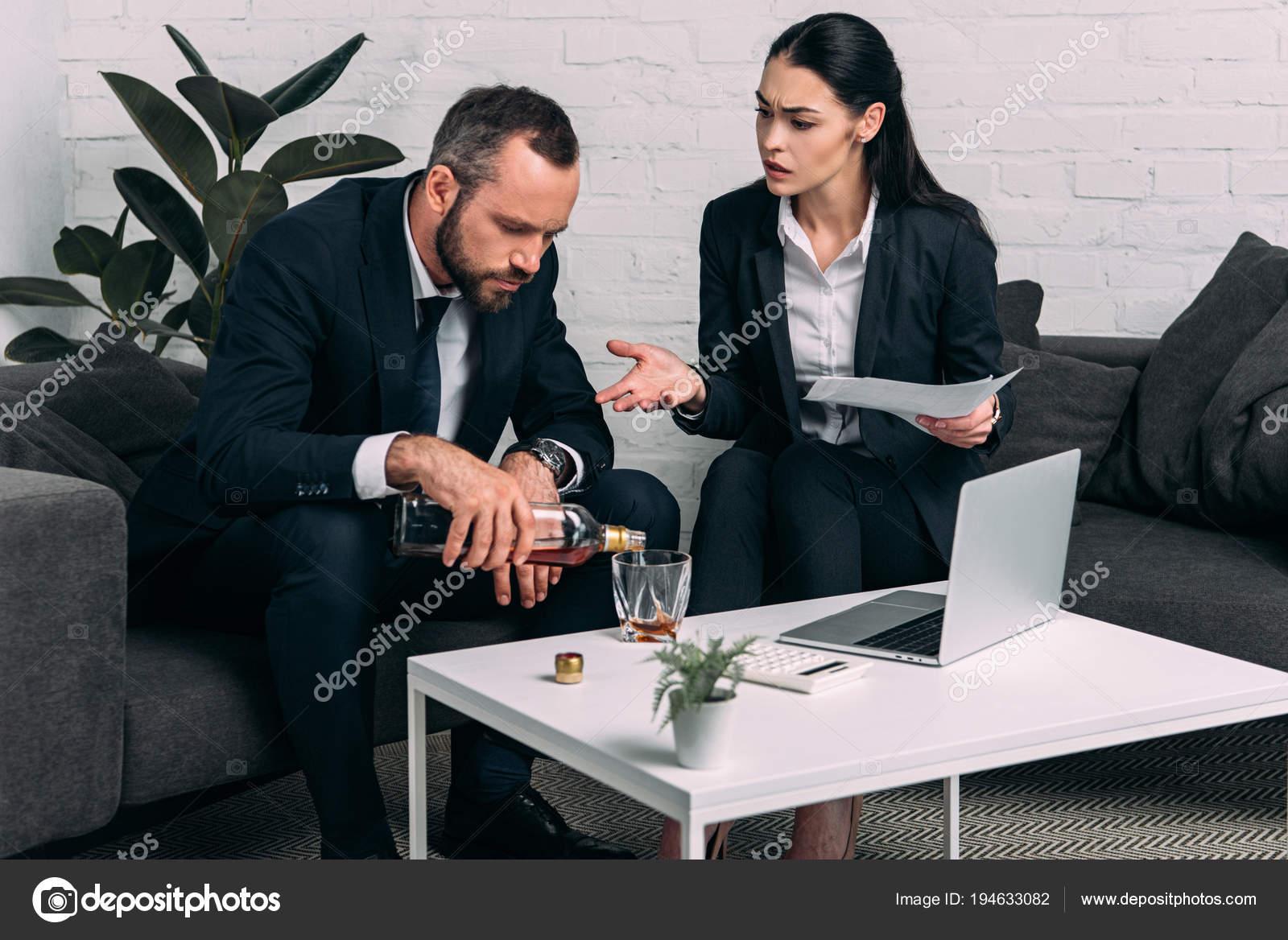Homme Alcool Souligne Avec Table Basse Assis Près Collègues Affaires UpGzMVqS