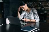 deprese mladá žena s Kalkulačka a laptop počítání daně doma v kuchyni