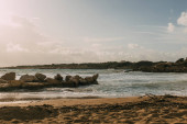 Fotografie skály v blízkosti Středozemního moře na písečné pláži v cyprus