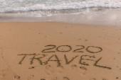 letní pláž s 2020 cestovní nápisy na písku u moře