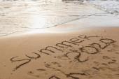 Fotografie pláž s letním nápisem 2020 na písku u moře