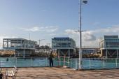 PAPHOS, KYPR - 31. března 2020: muž stojící v přístavu u moře