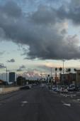 PAPHOS, KYPR - 31. března 2020: parkování s moderními auty v blízkosti budov a palem