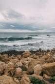 tengerpart kövekkel közel Földközi-tenger ég ellen