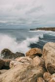 fröccsenő víz a Földközi-tenger közelében sziklák