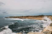 Fotografie šplouchání vody ze Středozemního moře u pobřeží