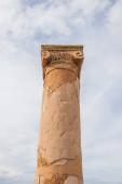 nízký úhel pohledu na starověký dům Theseus sloupec v paphos