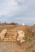 antike Treppe in der Nähe des alten Leuchtturms auf Zypern
