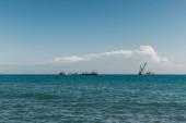 lodě v modrém Středozemním moři proti modré obloze