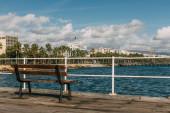 dřevěná lavička v blízkosti modrého Středozemního moře v cypru