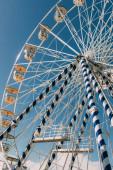 alacsony szög kilátás óriáskerék ellen kék ég