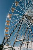alacsony szög kilátás fém óriáskerék ellen kék ég