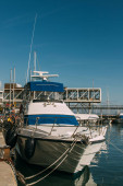 napsütés dokkolt jachton mediterrán tengerben