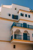 sluneční svit na moderní budově s modrými balkony