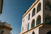 napfény a modern épület kék erkéllyel az ég ellen