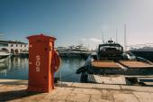 piros fülke sos betűkkel közel jachtok Földközi-tengeren