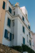 nízký úhel pohledu na moderní dům proti modré obloze