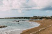 tengerpart sziklák közelében Földközi-tenger ellen kék ég felhők