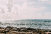 sziklák közelében Földközi-tenger ellen kék ég felhők