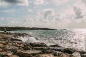 nedves kövek közelében Földközi-tenger ellen kék ég a felhők