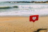 Fotografie Rotes Herz am Stock auf Sand am Mittelmeer