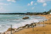 pobřeží a pláž v blízkosti modrého Středozemního moře