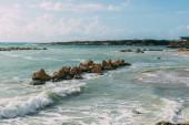 mokré skály ve středozemním moři proti modré obloze