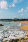 Fotografie pobřeží a písečná pláž v blízkosti modrého Středozemního moře