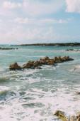 mokré kameny ve středozemním moři proti modré obloze
